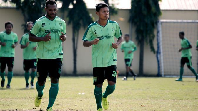 Pemain Persebaya Surabaya, Fandi Eko Utomo (kanan) tengah menjalani latihan (Persebaya Surabaya)