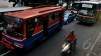 Bukan hanya Kopaja, rencananya Ahok juga akan menghilangkan Metro Mini dari Jakarta, Jumat (8/5/2015). Pemerintah Provinsi DKI Jakarta secara bertahap membenahi angkutan masal tersebut. (Liputan6.com/Johan Tallo)