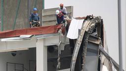 Salah satu pusat perbelanjaan mentereng, Artz Pedregal, roboh di Meksiko, Kamis (12/7). Pihak berwenang menyebut, tiang penyangga bangunan tidak mampu menahan konstruksi balkon yang berada di lantai atas gedung utama. (AP Photo/Anthony Vazquez)