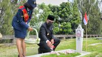 Gubernur Jabar Ridwan Kamil memimpin ziarah nasional bersama unsur Forum Komunikasi Pimpinan Daerah (Forkopimda) Jabar di Taman Makam Pahlawan (TMP) Cikutra, Kota Bandung, Selasa (10/11/2020). (Foto: Humas Jabar)