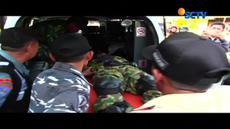 Seorang penerjun wanita terpaksa mendarat darurat di atap rumah warga saat acara upacara pengukuhan Pahlawan Kesuma Bangsa berlangsung.