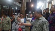 Bupati Garut Rudy Gunawan menyalami para korban selamat banjir bandang Sentani asal Garut (Liputan6.com/Jayadi Supriadin)