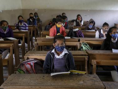 Siswa India Kembali Bersekolah di Tengah Pandemi