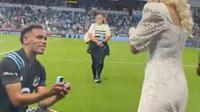 Pesepak bola Amerika melamar kekasihnya usai pertandingan (Screenshot of Instagram/@hassanidotson)