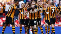 Stephen Quinn (Hull City - tengah) dirangkul rekan setimnya usai mencetak gol ke gawang Sheffield United dalam laga semifinal Piala FA di Stadion Wembley, London (13/4/2014). (REUTERS/Darren Staples)
