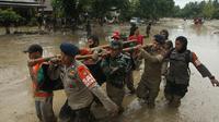 Tim penyelamat membawa mayat korban setelah banjir bandang di desa Radda di Kabupaten Luwu Utara, Sulawesi Selatan (14/7/2020). Lebih dari 4.000 keluarga terdampak akibat kejadian tersebut. (AFP/Aryanto)