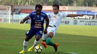 Ibrahim Conteh dibayangi Osvaldo Haay saat duel PSIS vs Persebaya di Stadion Moch. Soebroto, Magelang, Minggu (22/7/2018)