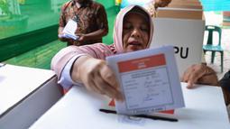 Warga memasukan surat suara yang telah dicoblos pada pemungutan suara ulang pemilu 2019 di TPS-6 Desa Lamteumen Timur, Banda Aceh, Aceh, Kamis (25/4). Pemungutan suara ulang karena adanya penggunaan formulir C6 pemilih yang telah meninggal pada pemilu 17 April lalu. (CHAIDEER MAHYUDDIN/AFP)