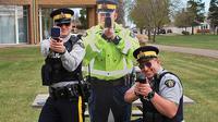 Orang-orangan polisi pegang speed-gun (Zing)