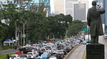 "Kendaraan terjebak macet di Jalan Sudirman-Thamrin, Jakarta, Kamis (20/12). Pemerintah terus memperbaiki sistem transportasi dengan mengandalkan strategi ""push dan pull"" dengan mendorong masyarakat meninggalkan kendaraan pribadi. (Liputan6.com/JohanTallo)"