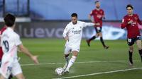 Eden Hazard yang baru pulih dari cedera langsung menunjukkan kualitasnya dengan tendangan kerasnya ke gawang Osasuna. (Foto: AP/Bernat Armangue)