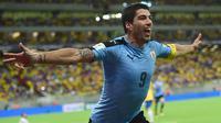 Luis Suarez merayakan gol yang dicetaknya ke gawang Brasil pada kualifikasi Piala Dunia 2018 di Recife, Brasil, Sabtu (26/3/2016) pagi WIB. Kedua tim bermain imbang 2-2. (AFP/Christophe Simon)