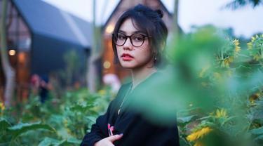 Dalam laman instagramnya adik kandung Sissy Priscillia ini sering menggunakan kacamata untuk menunjang penampilannya. Menggunakan kacamata dengan bingkai besar membuat Vanesha semakin manis. (Liputan6.com/IG/vaneshaass)