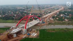 Foto udara pengerjaan Jembatan Kalikuto di Gringsing, Kabupaten Batang, Jawa Tengah, Senin (11/6). Jembatan pelengkung baja pertama di Indonesia sepanjang 160 meter akan dibuka pada H-2 Lebaran 2018 dan dapat dilewati pemudik. (Liputan6.com/Arya Manggala)
