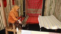 Pengrajin songket pandai sikek dari Sumatera Barat hadir di Indonesia Pavilion, Nusa Dua, Bali. (dok.istimewa/Dinny Mutiah)