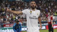 Striker Real Madrid, Karim Benzema, melakukan selebrasi usai mencetak gol ke gawang Manchester United pada laga ICC 2018 di Miami Gardens, Rabu (1/8/2018). Manchester United menang 2-1 atas Real Madrid. (AP/Brynn Anderson)