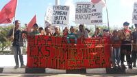 Bentrokan antara warga eks Timor Timur (Timtim) dengan arga lokal terjadi  di Tuapukan, Kecamatan Kupang Timur, Kabupaten Kupang, Nusa Tenggara Timur  (NTT). Empat orang terluka terkena sabetan benda tajam dan satu rumah  terbakar