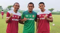 Tiga mantan Persik, Rendy Saputra, kiper Tedi Heri Setyawan, dan Asep Budi membela Persiraja pada Shopee Liga 1 2020. (Bola.com/Gatot Susetyo)