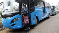 Calon penumpang menaiki bus TransJabodetabek Premium di Mega City, Bekasi Barat, Senin  (12/3). PT Transjakarta menyediakan 48 Bus TransJabodetabek Premium guna mendukung kebijakan ganjil genap di ruas Tol Jakarta-Cikampek. (Liputan6.com/Arya Manggala)