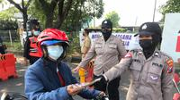 Petugas Polda Jatim mengkampayekan prokes di Bangkalan. (Dian Kurniawan/Liputan6.com)