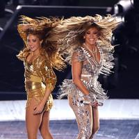 Penampilan Jennifer Lopez dan Shakira dalam Super Bowl Halftime Show di Hard Rock Stadium, Miami Gardens, Florida, Amerika Serikat, Minggu (2/2/2020). Tampil seksi, Jennifer Lopez dan Shakira sukses memanaskan panggung Super Bowl Halftime Show. (Elsa/Getty Images/AFP)