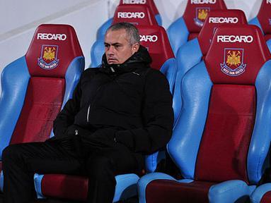 Pelatih Chelsea Jose Mourinho duduk di ruang istirahat sebelum pertandingan sepak bola Liga Inggris antara West Ham United berhadapan dengan Chelsea di Upton Park, London, pada (23/11/13) waktu setempat. (Foto: AFP/Carl Court)