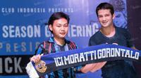 Mantan pemain Inter Milan, Cristian Chivu, foto bersama anggota Inter Club Indonesia di Tanggerang, Banten, Minggu (15/5/2016). (Bola.com/Vitalis Yogi Trisna)