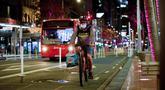 Seorang pria mengenakan masker saat bersepeda di Kota Auckland, Selandia Baru, Rabu (12/8/2020). Kota terbesar di Selandia Baru, Auckland, pada 12 Agustus 2020 kembali memberlakukan Siaga COVID-19 Level 3 selama tiga hari setelah empat kasus terkonfirmasi pada 11 Agustus 2020. (Xinhua/Li Qiaoqiao)