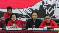 Ketua Umum PDIP Megawati Soekarnoputri (kiri) dan Sekjen PDIP Hasto Kristiyanto (kanan) saat menghadiri  pengumuman nama calon kepala daerah dan calon wakil kepala daerah di DPP PDIP, Jakarta, Rabu (19/2/2020). PDIP mengumumkan 48 nama calon untuk maju Pilkada 2020. (Liputan6.com/Faizal Fanani)