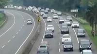 Ribuan kendaraan dari arah Jakarta menuju Bandung terjebak kemacetan.