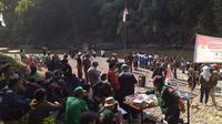 Sejumlah Warga Gunungputri, Bogor, Jawa Barat Menggelar Upacara Bendera Memperingati HUT RI ke-74 di pinggir Sungai Cileungsi, Minggu (18/8/2019). (Foto: Liputan6.com/Achmad Sudarno)