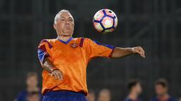 Hristo Stoichkov - Penyerang asal Bulgaria ini menjadi striker pilihan utama di bawah kepelatihan Johan Cruyff. Stoichkov mencetak 118 gol selama 7 musim dan sukses merebut gelar juara La Liga selama empat musim beruntun pada 1990/1991 sampai 1993/1994 di Barcelona. (AFP/Pau Barrena)
