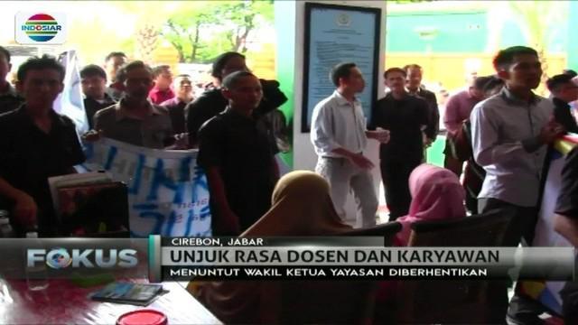Ratusan dosen dan karyawan menggeruduk kantor yayasan Universitas Swadaya Gunung Jati, Cirebon. Apa pemicunya?