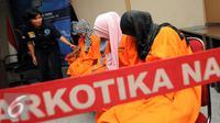 Petugas BNN memeriksa empat wanita dari tujuh tersangka penyelundupan narkoba jenis sabu saat rilis di Jakarta, Selasa (24/5/2016). BNN mengungkap dua kasus penyelundupan narkoba jenis sabudengan tujuh orang tersangka. (Liputan6.com/Helmi Fithriansyah)