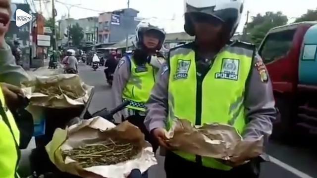 Pengendara motor kabur saat razia kendaraan, setelah diperiksa ternyata mereka membawa 4 kg ganja dalam bagasi.