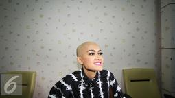Pedangdut Julia Perez bersiap mengikuti sidang cerai di Pengadilan Negeri Jakarta Selatan, Rabu (6/4). Sidang kedua dengan agenda mediasi tersebut kembali tidak dihadiri suaminya, Gaston Castano. (Liputan6.com/Immanuel Antonius)
