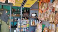 Penjual oleh-oleh khas Cirebon mengaku penjualannya menurun drasti bahkan dalam sehari tidak ada pembeli imbas covid-19. Foto (Liputan6.com / Panji Prayitno)