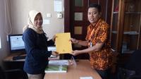 Koalisi Masyarakat Blora Peduli Pilkada Demokratis resmi melaporkan Badan Pengawas Pemilu (Bawaslu) Kabupaten Blora, Jawa Tengah, ke Dewan Kehormatan Penyelenggara Pemilu (DKPP). (Liputan6.com/ Ahmad Adirin)