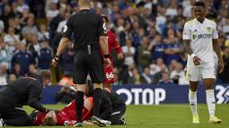 Karena cedera yang parah, Elliott pun mesti ditandu keluar lapangan. Sementara Pascal Struijk harus rela diusir wasit usai mendapat kartu merah. (Foto:AP/Rui Vieira)