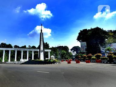 Suasana lalu lintas di Kawasan Tugu Kujang, Bogor, Jawa Barat, Rabu (15/4/2020). Pemerintah telah resmi menerapkan Pembatasan Sosial Berskala Besar (PSBB) di wilayah Bogor per hari ini dalam rangka percepatan penanganan COVID-19. (merdeka.com/Arie Basuki)