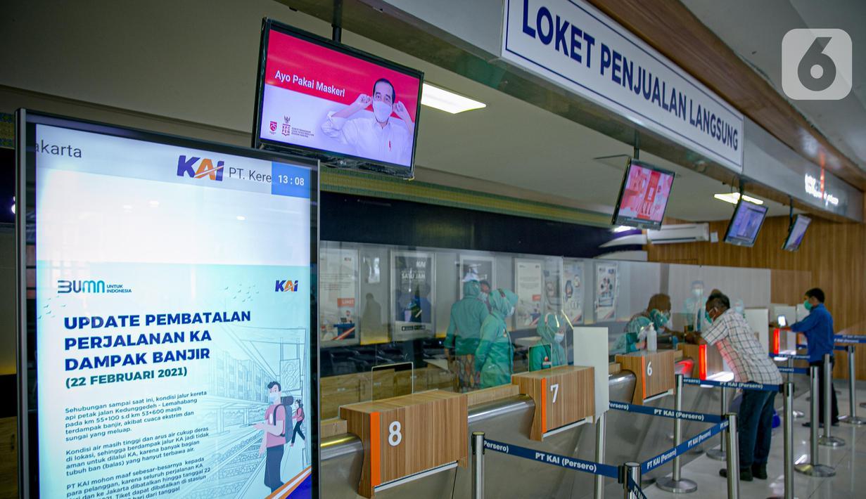 Calon penumpang melakukan pembatalan perjalanan kereta api di Stasiun Pasar Senen di Jakarta, Senin (22/2/2021). PT KAI Daop 1 Jakarta membatalkan perjalanan Kereta Api Jarak Jauh pada keberangkatan Stasiun Gambir sebanyak delapan kereta api. (Liputan6.com/Faizal Fanani)