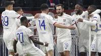 Para pemain Lyon merayakan gol yang dicetak oleh Lucas Tousart ke gawang Juventus pada laga Liga Champions di Stadion Parc Olympique Lyonnais, Kamis (27/2/2020). Lyon menang 1-0 atas Juventus. (AP/Laurent Cipriani)