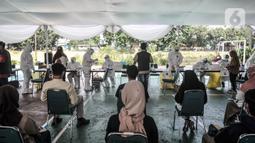 Peserta UTBK SBMPTN 2021 menunggu tes swab antigen di Kompleks UNJ, Senin (12/4/2021). Pelaksanaan swab antigen gratis hanya diberikan pada 5.000 peserta dengan ketentuan gelombang I kuota untuk 2.500 peserta dan gelombang II untuk 2.500 peserta.  (merdeka.com/Iqbal S. Nugroho)