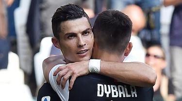 Striker Juventus, Cristiano Ronaldo, melakukan selebrasi bersama Paulo Dybala, usai membobol gawang SPAL pada laga Serie A di Stadion Allianz, Sabtu (28/9). Juventus menang 2-0 atas SPAL. (AP/Alessandro Di Marco)