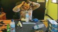 AKP Agus Romy anggota Polres Majalengka sedang memperagakan cara merakit alat pernafasan buatan sederhana. Foto (Istimewa)