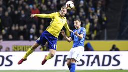 Gelandang Swedia, Viktor Claesson, duel udara dengan bek italia, Matteo Darmian, pada laga Kualifikasi Piala Dunia 2018 di Stadion Friends Arena, Solna, Jumat (10/11/2017). Swedia menang 1-0 atas Italia. (AFP/Jonathan Nackstrand)