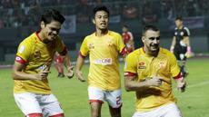 Striker Selangor FA, Rufino Sergovia, melakukan selebrasi usai membobol gawang Persija Jakarta pada laga persahabatan di Stadion Patriot, Jawa Barat, Kamis (6/9/2018). Persija kalah 1-2 dari Selangor FA. (Bola.com/M Iqbal Ichsan)