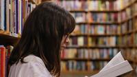 Ilustrasi mahasiswa sedang membaca di perpustakaan (dok.unsplash/ Eliott Reyna)