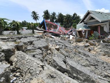 Rumah dan tanah rusak usai gempa dan tsunami melanda Kabupaten Sigi, Sulawesi Tengah, Kamis (4/10). Gempa dan tsunami menghantam daerah tersebut pada 28 September 2018 lalu.  (ADEK BERRY/AFP)