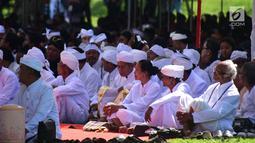 Ribuan umat Hindu dengan khidmat mengikuti prosesi Tawur Agung di Candi Prambanan, Klaten, Jateng, Jumat (16/3). Tawur Agung dilakukan sehari jelang Hari Raya Nyepi. (Liputan6.com/Gholib)